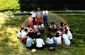 Kuva STOPin perustamisesta 1992 Pariisissa. Sateenkaari-ilmiö ilmestyi tässä opintopiiristä otetusta valokuvassa. Kuva on alkuperäinen, ei kuvakäsitelty.